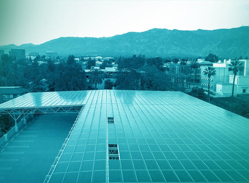 极速快三停车场屋顶上的太阳能电池板