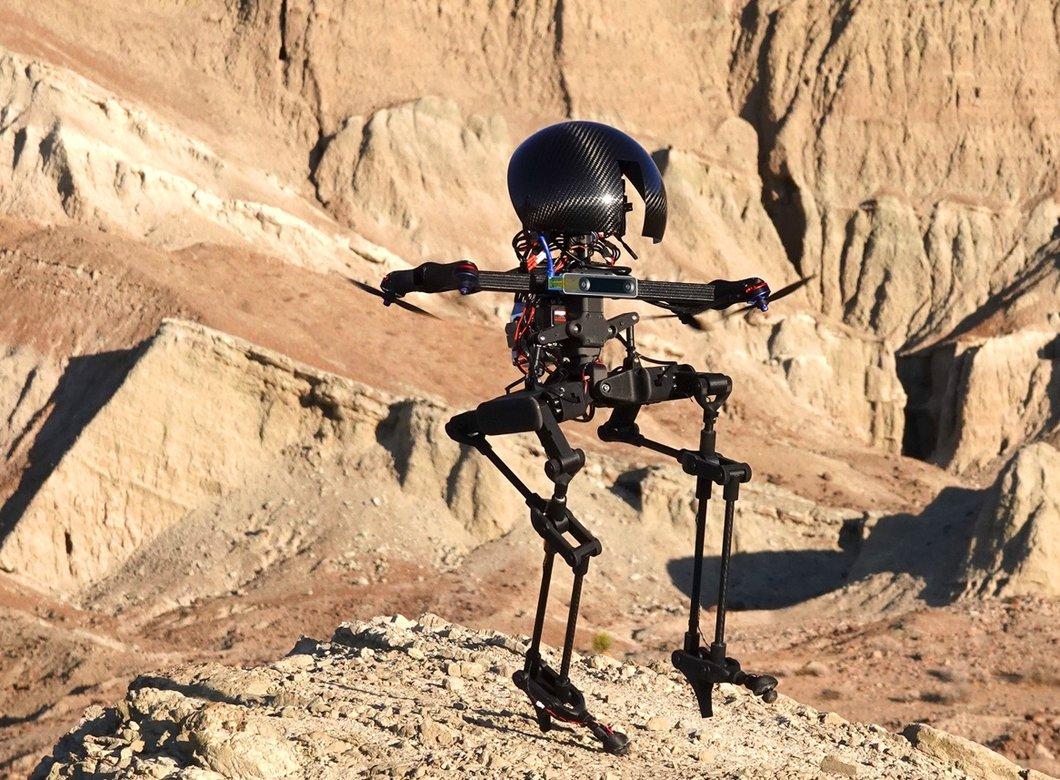 一个黑色的机器人带着一个巨大的, 闪亮的头和细长的腿, 飞过布满岩石的沙漠景观,背景是参差不齐的山丘.